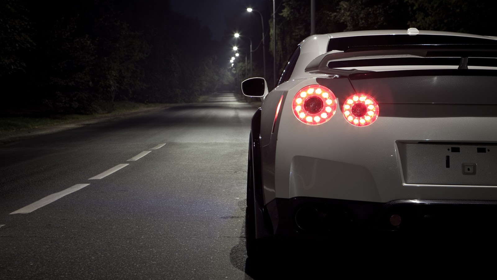 Nissan GTR White 2014 For Desktop Backgrounds.