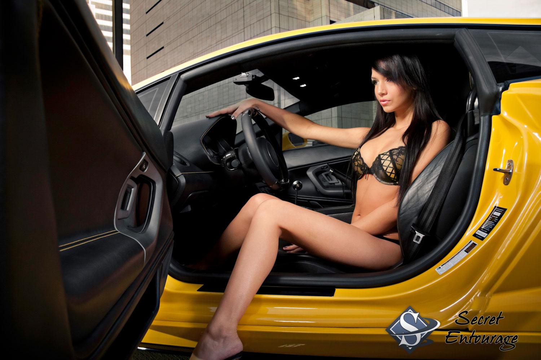 Хозяйка водитель секс, Накаченный водитель трахает свою хозяйку в машине 8 фотография