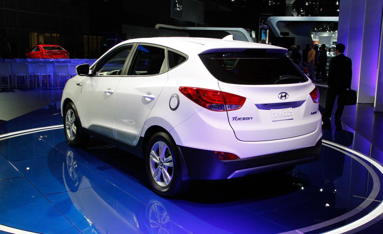 suv ford comparison v hyundai tucson petrol highlander titanium review specification price caradvice escape